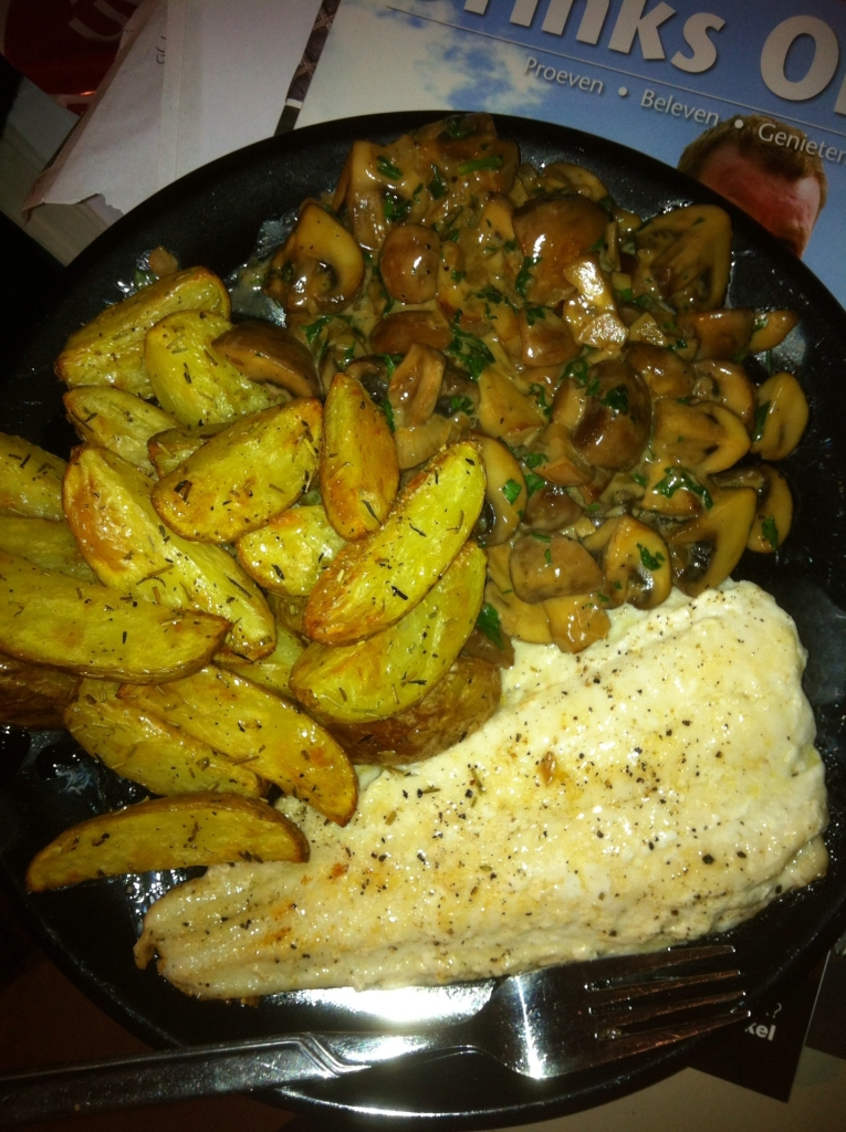 Zeewolffilet, Aardappelpartjes met rozemarijn en Champignons met knoflook in wittewijn-blauwschimmelkaas-roomsaus