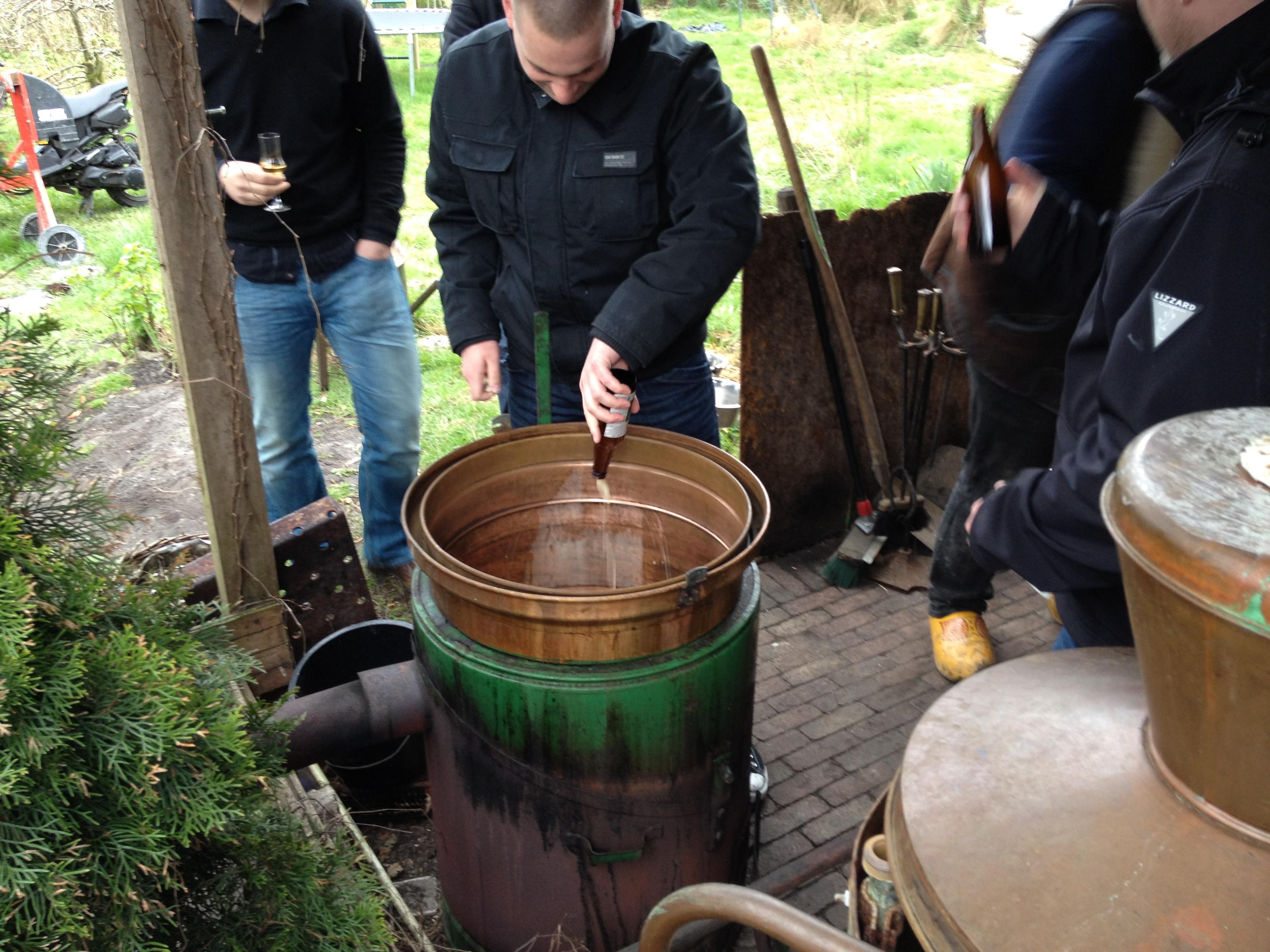 De alambik wordt gevuld met bier